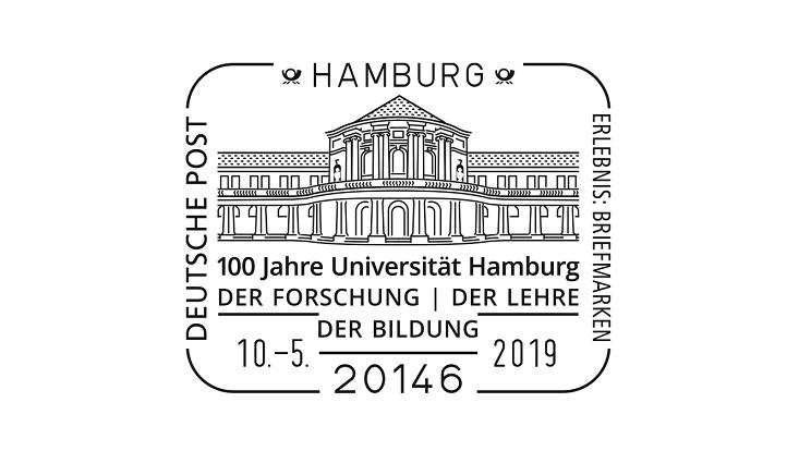 """Der Sonderstempel zeigt das Hauptgebäude als Strichzeichnung. Darunter steht """"100 Jahre Universität Hamburg. Der Forschung - der Lehre - der Bildung und das Datum 10.5.2019. Über dem Hauptgebäude steht """"Hamburg"""" zwischen zwei Posthörnern."""