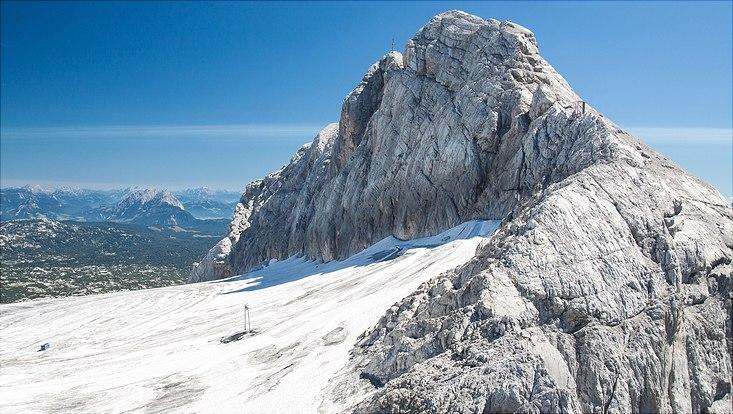 Berggipfel mit etwas Schnee
