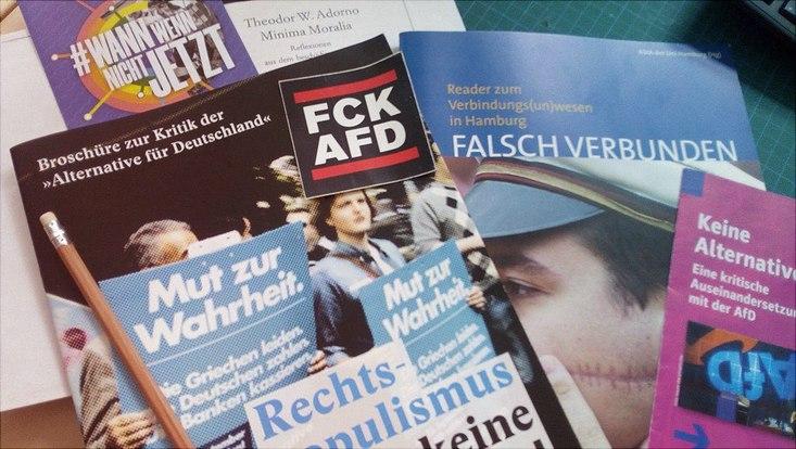 Verschiedene Broschüren zum Thema Kritik an der AfD
