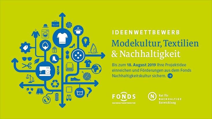 """Logo Ideenwettbewerb """"Modekultur, Textilien & Nachhaltigkeit"""". Blaue und weiße Schrift auf hellgrünem Hintergrund. Links vom Text ist eine blaue Grafik, die die Produktion von Kleidung darstellen soll."""