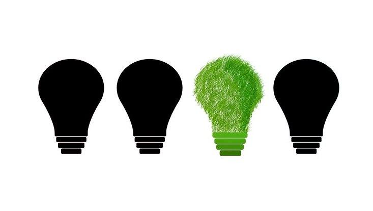 Graphisch sind vier Glühbirnen dargestellt, drei davon schwarz, eine davon grün hervorgehoben
