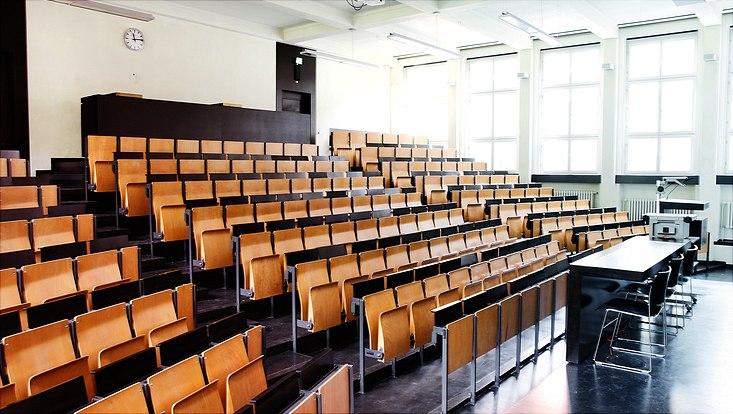 Ein leerer Hörsaal des ESA Hauptgebäudes der Universität Hamburg