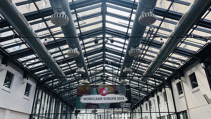 Das Bild zeigt eine Veranstaltungshalle beim WordCamp Europe 2019.