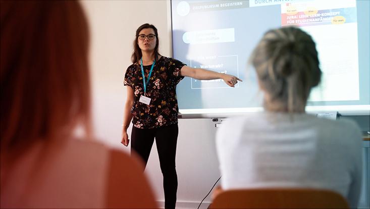 Das Bild zeigt Julia Pawlowski beim Unterrichten vor Studierenden.