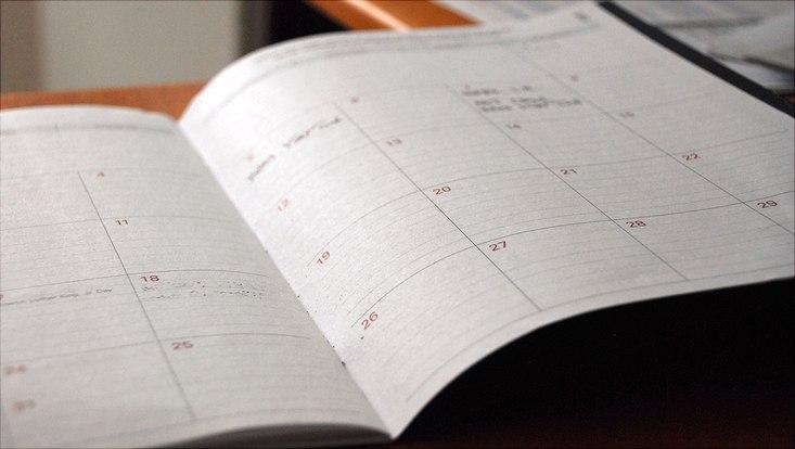 Offener Kalender auf einem Tisch