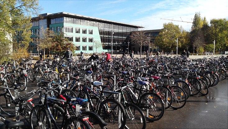 Viele Fahrräder vor der Zentral Bibliothek der Universität Greifswald