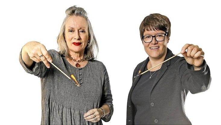 Dr. Lina Franken (re.) und Prof. Dr. Birgit Recki (li.) halten beide ein großes angezündetes Streichholz in der Hand