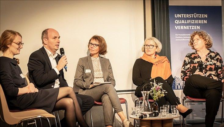 """Gäste des Karrieretags diskutieren auf dem Podium zum Thema """"Arbeitgeberblick auf Promovierte""""."""