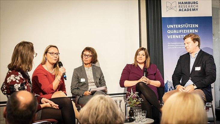 Dr. Nicole Elleuche im Gespräch mit Katharina Fegebank, der Moderatorin Petra Boberg und zwei Promovierenden aus dem Publikum.