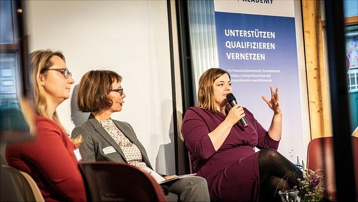 Katharina Fegebank spricht auf der Bühne von ihrem persönlichen Werdegang.