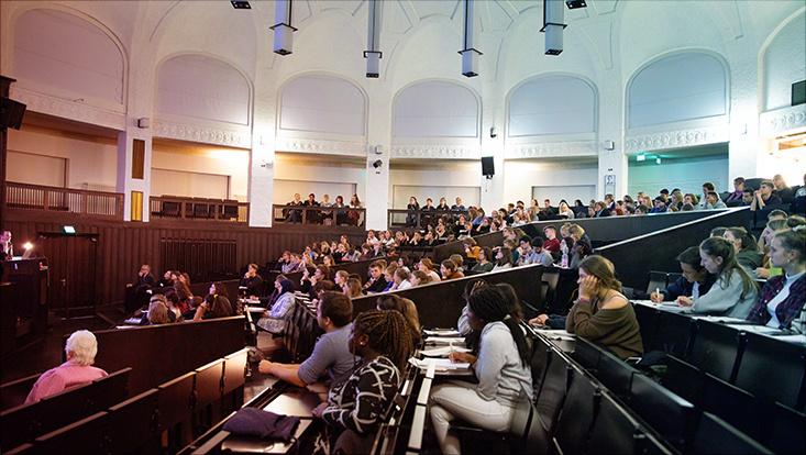 Schülerinnen und Schüler im Hörsaal des Hauptgebäudes