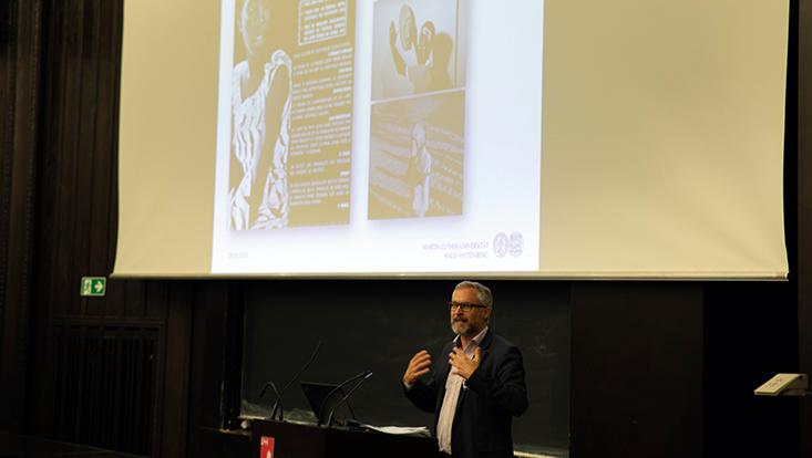 Dr. Christoph Vatter bei seinem Vortrag vor Leinwand mit Präsentation