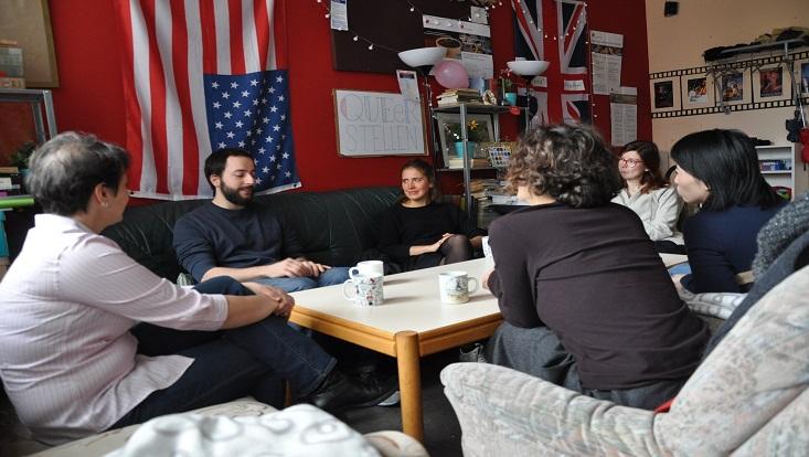 Das Bild zeigt eine Gruppe Anglistikstudierender beim Gespräch mit UK-Dozentin Susannah Ewing Bölke