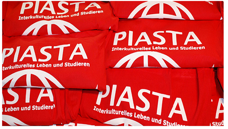 Das Bild zeigt rote Beutel mit der Aufschrift Piasta