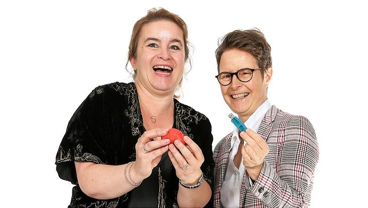 Prof. Dr. Ileana Hanganu-Opatz (l.) hält ein Stück roter Knete in den Händen, Dr. med. Maja Hempel einen USB-Stick.