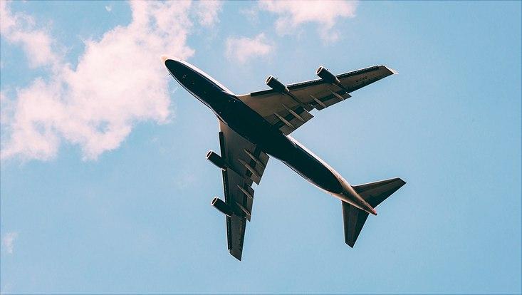 Fliegendes Flugzeug von unten fotografiert