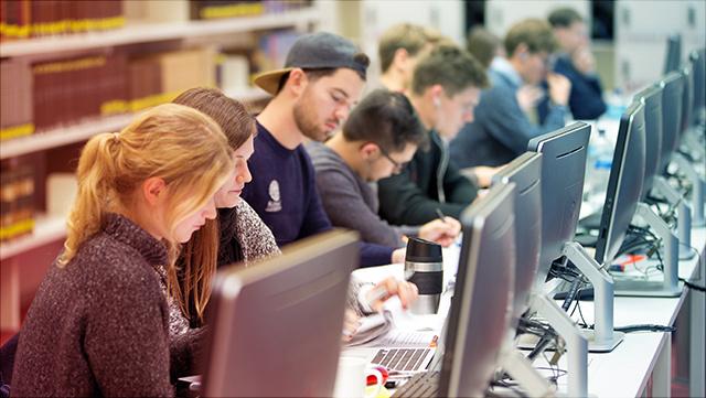 Studierende in der Stabi, an Rechnern