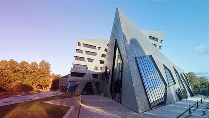 Das Bild zeigt das Zentralgebäude der Leuphana-Universität Lüneburg.
