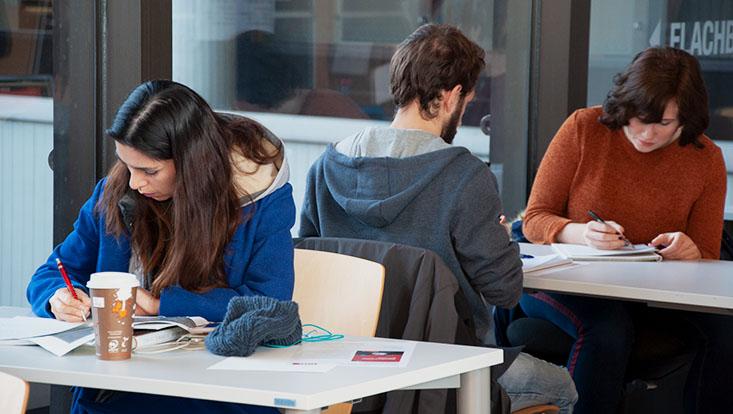 Das Bild zeigt Studenten beim Schreiben des Scheibrekords