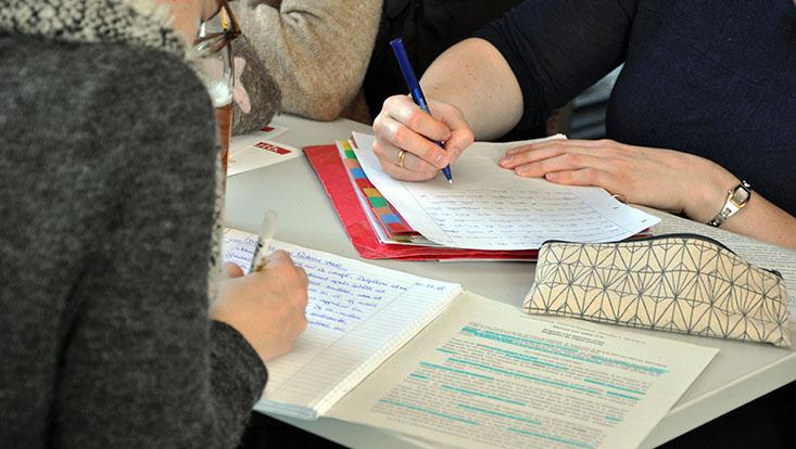 Das Bild zeigt mehrere Studierende bei der Teilnahme am Schreibrekord