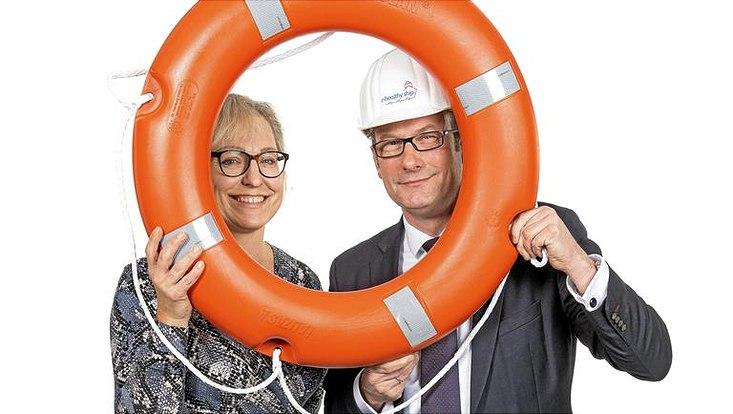 Dr. Busch und Prof. Harth halten gemeinsam einen Rettungsring.