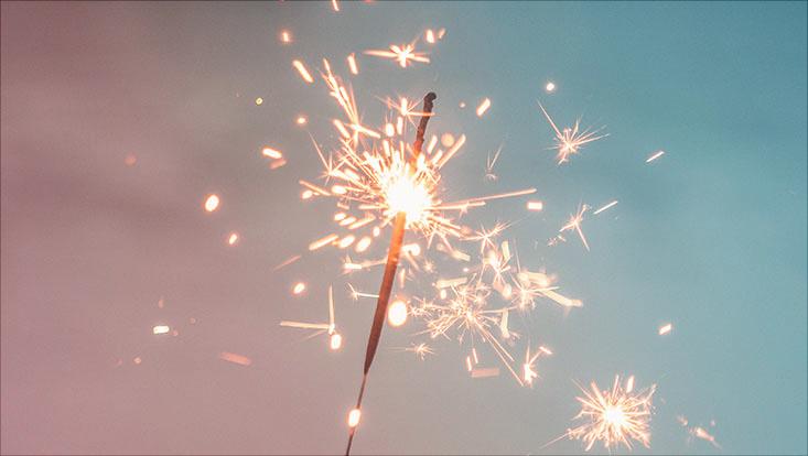Das Bild zeigt ein Feuerwerk über einer Wasserfläche.