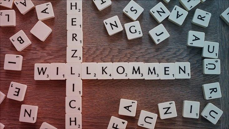 Das Wort Willkommen aus Spielsteinen