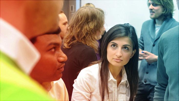 Mehrere Studierende blicken in Richtung Beobachtende, Situation einer Besprechung