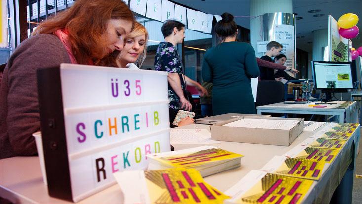 Das Bild zeigt Veranstalterinnen und Teilnehmende beim Schreibrekord 2019 im Überseering 35.
