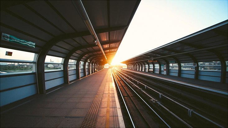 Bahnstation und Sonnenuntergang