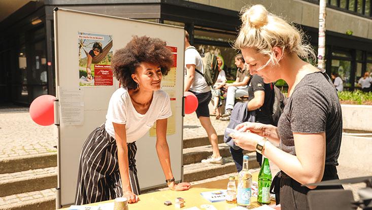 Das Bild zeigt zwei Studentinnen beim Infostand des Diversity Tages 2019