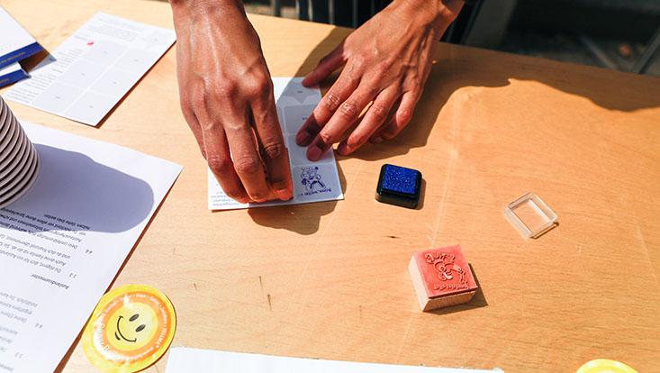 Das Bild zeigt eine Stempelkarte, die gerade abgestempelt wird