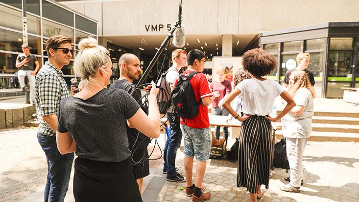 Das Bild zeigt das Filmteam beim Infostand des Diversity-Tages