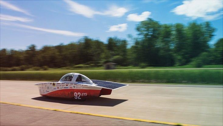 kleines Solarmobil auf freier Strecke