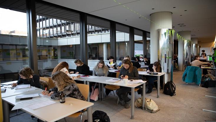 Das Bild zeigt Studierende beim Schreiben des Scheibrekords