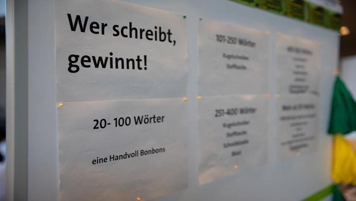 Das Bild zeigt eine Plakatreihe des Schreibrekords