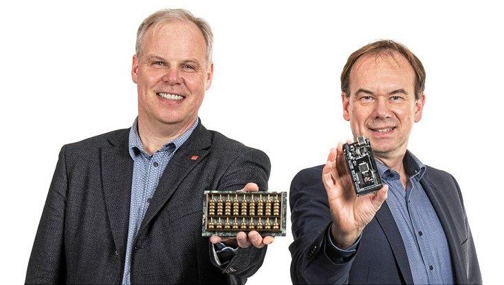 Armin Iske (l.) zeigt einen Abakus, eines der ältesten bekannten Rechenhilfsmittel und Matthias Rarey hält einen Arduino-Lerncomputer in der Hand.