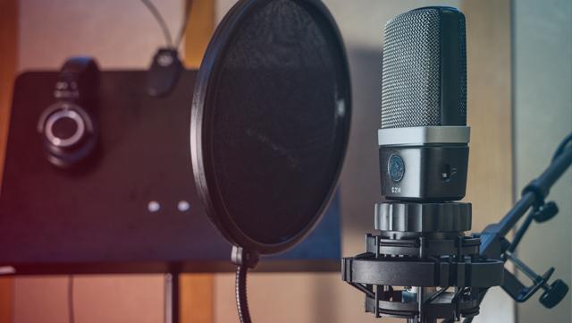 Das Foto ein Mikrofon in einer Tonkabine