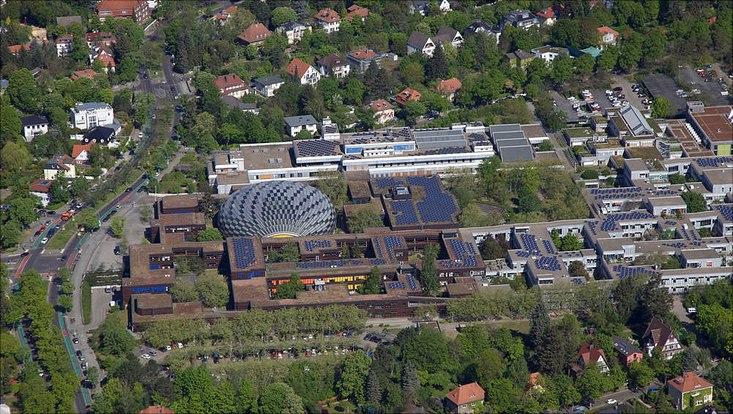 Auf dem Campus der Freien Universität Berlin wird mithilfe von neun Photovoltaikanlagen Strom erzeugt