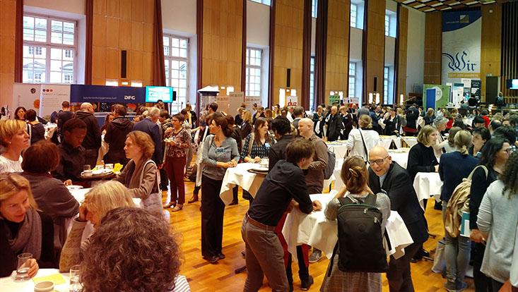 Das Bild zeigt Teilnehmende des Forums Wissenschaftskommunikation 2018 an der Universität Bonn.