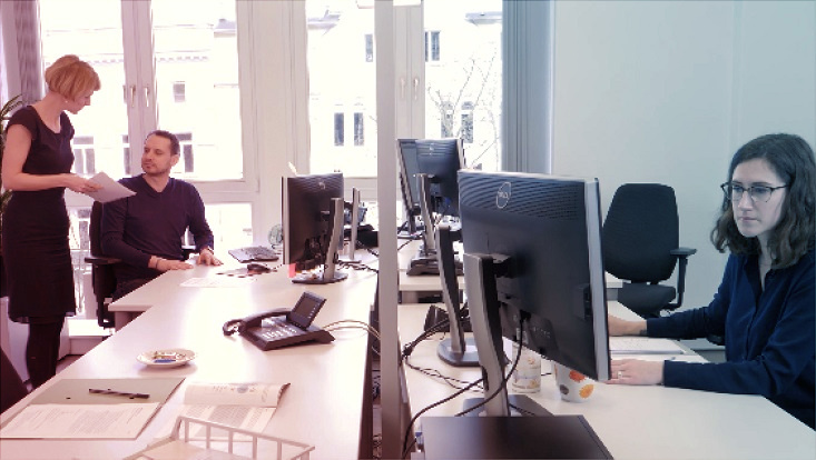 Das Bild zeigt das Team des OSA-Zentrums in seinem Büro im Universitätskolleg.