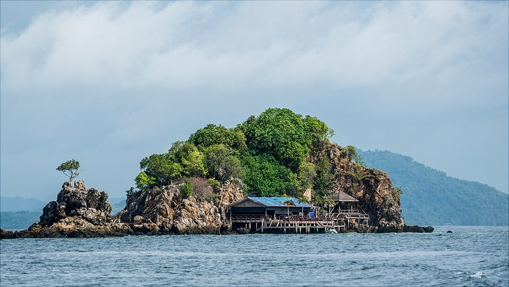 kleine Insel mit Pfahlbau am Wasser