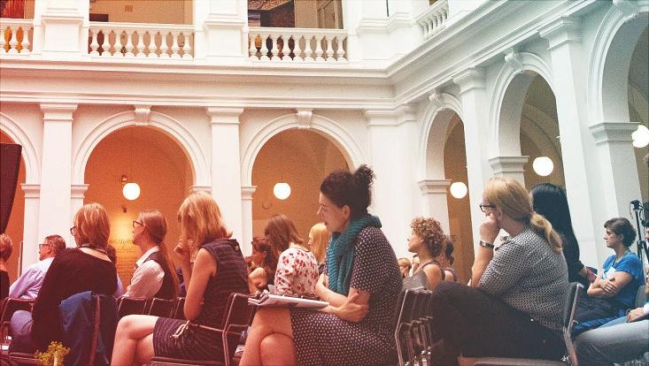 das Bild zeigt Teilnehmende einer Podiumsdiskussion bei der jahrestagung 2019 des Universitätskollegs im Lichthof der Staats- und Universitätsbibliothek.