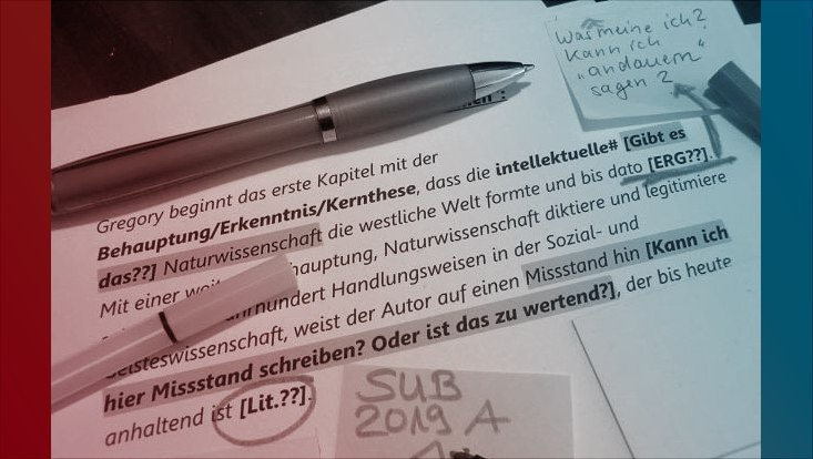 Das Bild zeigt einen mit mehreren Markierungen versehenen Textausschnitt, mehrere Stifte und Post-its.