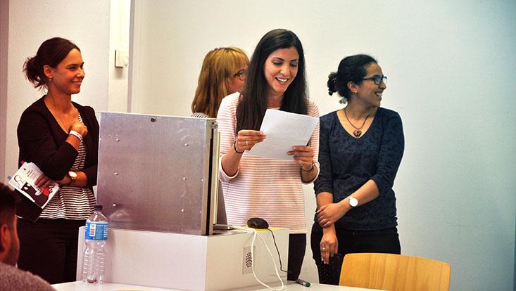 Das Bild zeigt Studentinnen bei einer vom Lehrlabor des Universitätskollegs geförderten Lehrveranstaltung in einer Vortragssituation..